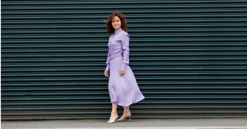 Lila Tonları ve Düğmeli Elbise